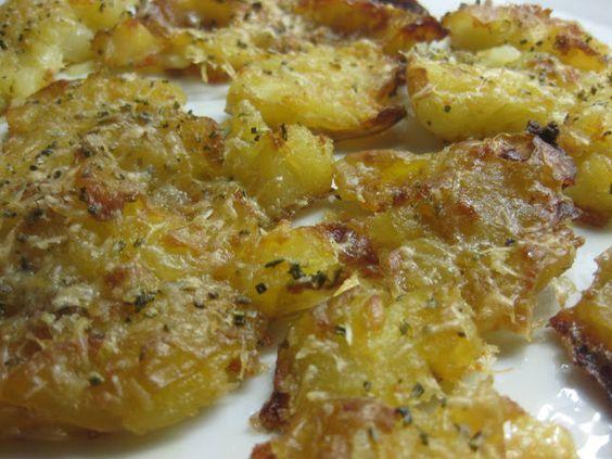 Jeg har virkelig fået smag for knuste kartofler. Efter at ha' lavet 'salt & vinegar ' versionen lavede jeg den her: Rosmarin, hvidløg og ...
