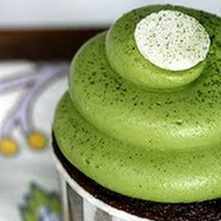 Matcha Green Tea Frosting. Top it on your favorite desserts- like cake, cupcakes, cookies- for a hint of Matcha flavor. #matcha #dessert