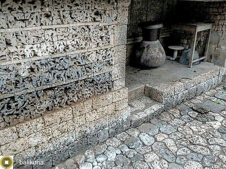 """from @balikuna -  #Arsitektur rumah (bagian dapur) kuno di #NusaPenida. Jika kita mengunjungi desa-desa di Nusa Penida kita masih bisa menemukan warisan arsitektur kuno khas Nusa yang elok. Rumah-rumah tua yang dibangun dengan material batu karang dengan atap ilalang: sebuah visual entitas rumah yang monokrom namun masif. Rumah ini memiliki atap yang rendah memberikan impresi tentang sikap respek atau """"honor"""". Orang yang memasuki rumah ini akan membungkukkan badan seakan memberikan rasa…"""