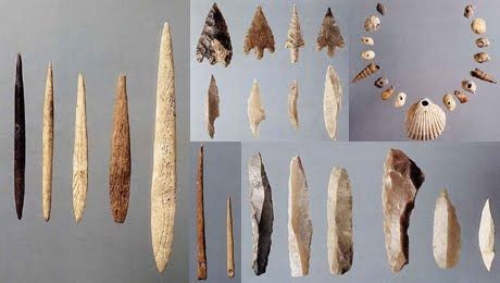 20.000 a.C. Agujas: las más antiguas eran de hueso y fueron encontradas en unas cuevas en Francia. El hombre primitivo usó estas agujas para hacerse ropa con las pieles de los animales que cazaba. Las agujas de hierro se comenzaron a fabricar en los Países Bajos desde el siglo XV d.C.