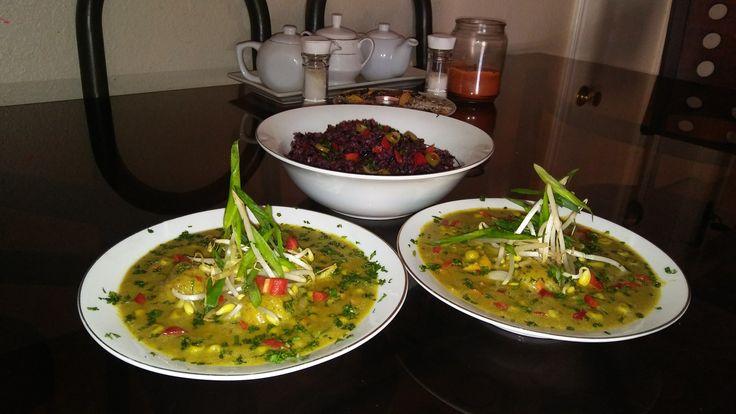 Sopa de curry verde con pollo. Y coco con bean sprouts, green onions, red pepper and cilantro