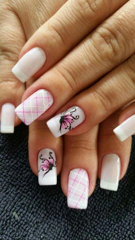 uñas rosa y blanco diseño lineas cruzadas y mariposa mano alzada