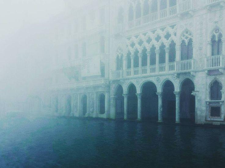 [Foggy Dew] La nebbia cominciò a inghiottire la piazza. Era uninvasione tranquilla ma pur sempre uninvasione. Vidi le sue lance e alabarde avanzare in silenzio ma molto veloci dalla parte della Laguna come soldati a piedi che precedessero la loro cavalleria pesante. In silenzio e molto veloci dissi a me stesso. Da un momento allaltro il loro re Re Nebbia poteva spuntare da dietro langolo in tutta la sua gloria caliginosa. In silenzio e molto veloce dissi ancora a me stesso. Ecco era lultimo…