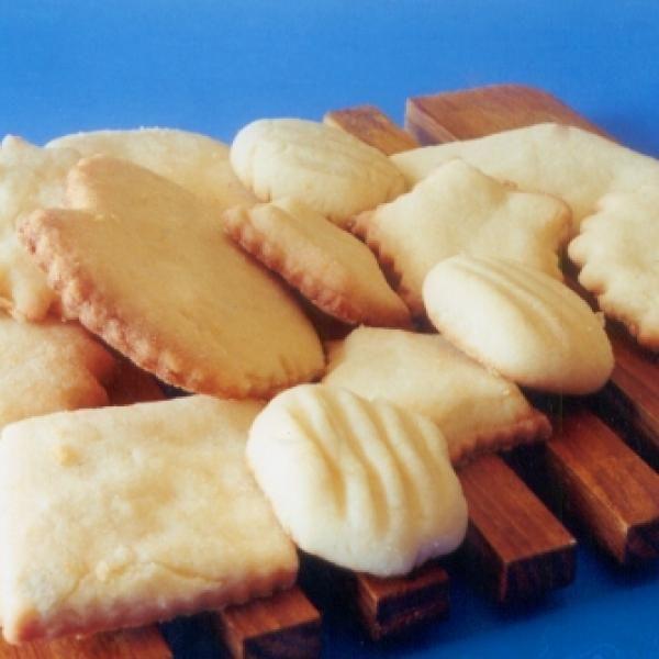 Receita de Biscoitos do Céu - 240 gr de açúcar, 240 gr de margarina, 2 unidades de ovo, raspas de limão a gosto, 500 gr de farinha de trigo