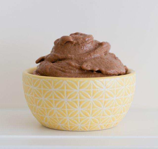 Als buiten het zonnetje lekker schijnt, krijgen wij meteen zin in ijskoffies en ijs! Wist je dat je heel gemakkelijk en met maar 2 ingrediënten zelf ijs kunt maken? Kijk dus snel verder voor een super lekker recept voor ijs met maar 2ingrediënten! Recept voor 1-2 personen Benodigdheden: 3 bananen 2 eetlepels cacaopoeder keukenmachine/blender Bereidingswijze:...Lees Meer »