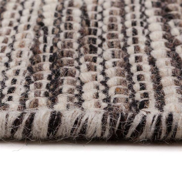 Dit MOOS Chris vloerkleed is handgeweven, grofgeknoopt en gemaakt van 100% wol. Het kleed is geïnspireerd op Scandinavië en dat zie je terug aan de mooie natuurlijke kleuren en rustieke uitstraling. Erg mooi op houten (laminaat)vloer of gietvloer!