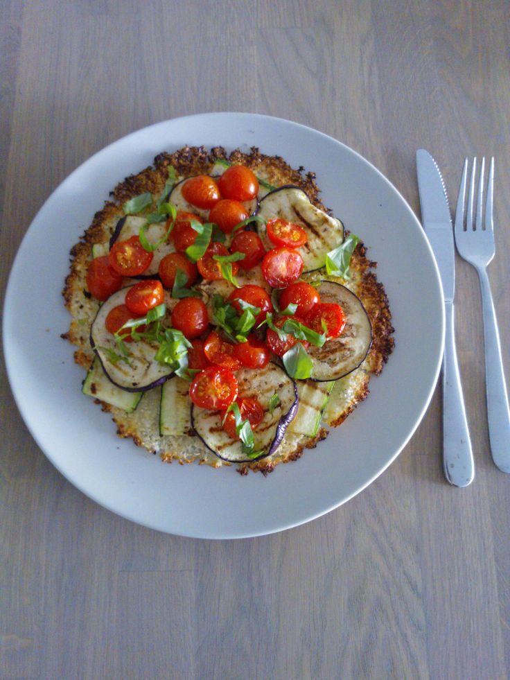 Pizzabodem van bloemkool mozzarella met gegrilde courgette, aubergine en tomaatjes