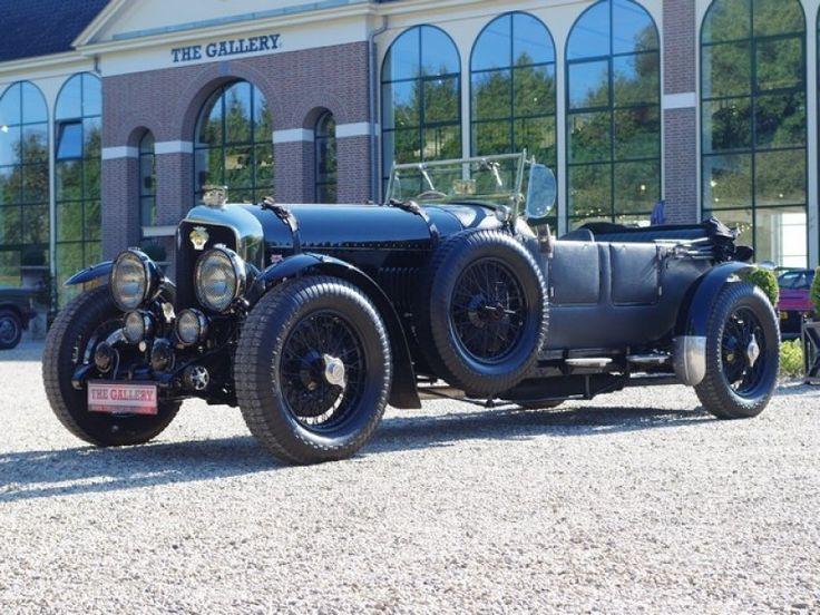 """Bently in Gallery Aaldering in Brummen (1951). Bentley Eight Le Mans in een sublieme staat verkerend. Dit exemplaar is gebouwd door de erkende en bekende specialisten van de firma """" Racing Green"""". Gebouwd in 2013 op een Mark 6 chassis met daarom ook het bouwjaar van 1951! Voorzien van Nederlands kenteken. Subliem mooi exemplaar met slechts 3900 km's vanaf nieuw! Ideale auto voor de bekende Classic Events en rally's. Bezoek tijdens vakantie in Enter 2016."""