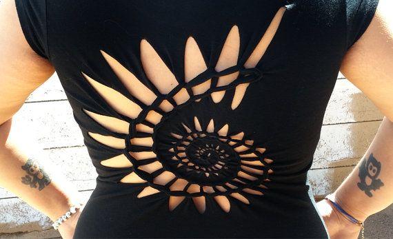 Articoli simili a Spirale intrecciata a mano barrato camicia / / tribale, vortice, Sexy, Ricciolo, taglio su Etsy