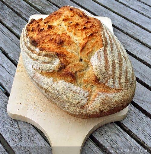 Brot backen ist wirklich ein Hexenwerk. Ihr braucht dazu lediglich Mehl, Wasser, Hefe (und oder Sauerteig) und Salz. Und Zeit, viel Zeit! Die Backindustrie scheint diese Regeln immer mehr zu verges…