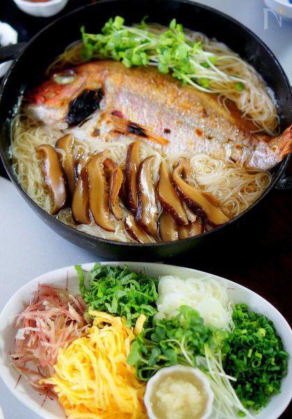 小ぶりの鯛を使った冷たい鯛そうめんです。スープは椎茸の戻し汁で作りますが  鯛の美味しい出汁もプラスされて大変美味しいです。