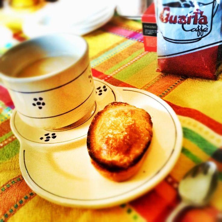 Salento breakfast. Quarta Caffè, Pasticciotto leccese, tazza in ceramica e piattino by Nuova Colì. La tradizione non si cambia!
