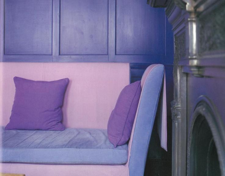 보라색은 어딘가  엔틱한 장식에 잘  어울리는 듯 하다  고풍적인 느낌을   주는 보라색 쿠션과  목제느낌의 벽면이  한옥집이나  옛 궁전 내부를   연상하게 한다.  차분해지면서   조용해지는 느낌이다