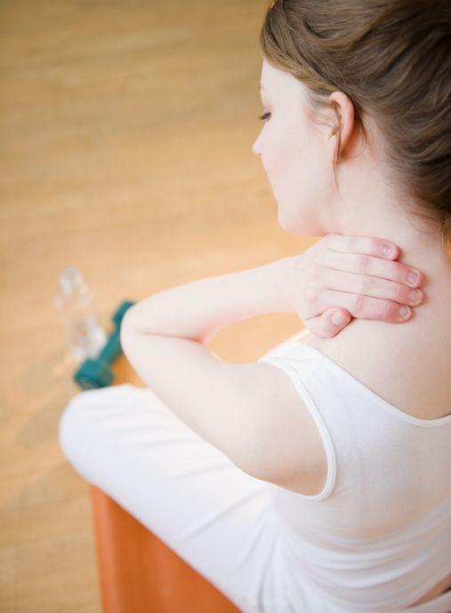 Ogni dolore corrisponde ad un preciso stato emotivo. Che detta in un'altra maniera, significa che le emozioni o gli stati psicologici possono causare dei disturbi fisici al corpo. L'esempio più comune è il mal di testa o dolore al collo. Vediamo quali sono gli acciacchi fisici più comuni e da quale disturbo emotivo possono essere causati, raccolti da GreenMe.it