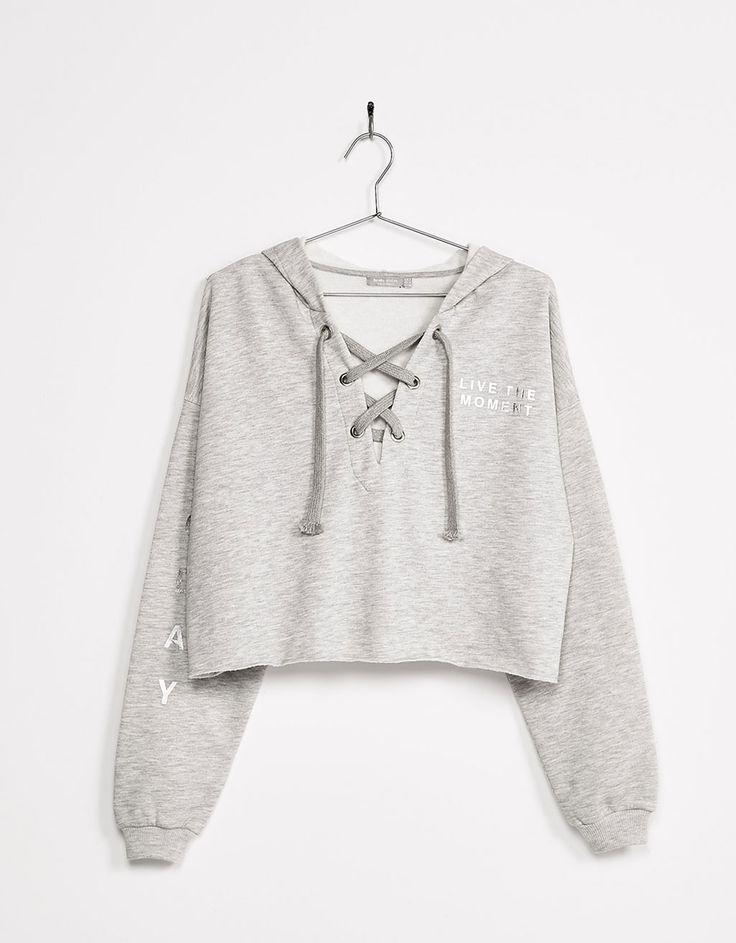 Sudadera con capucha escote cruzado. Descubre ésta y muchas otras prendas en Bershka con nuevos productos cada semana