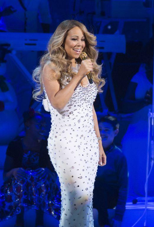 """Mariah Carey dégaine son (plus beau) pyjama Hello Kitty pour vous souhaiter un """"Joyeux Noël"""" (Photo) Check more at http://people.webissimo.biz/mariah-carey-degaine-son-plus-beau-pyjama-hello-kitty-pour-vous-souhaiter-un-joyeux-noel-photo/"""