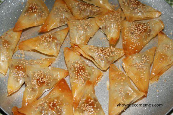 Pastelitos Árabes o dulces con frutos secos, miel, semillas de sésamo y masa filo. Dulces árabes. Pastelitos marroquíes de pistacho con pasta filo.