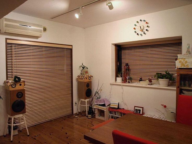 ウッドブラインド取り付け事例1■ウッドブラインドの魅力はブラインドを取り付けるだけで部屋の見た目ををすっきりとさせ、そこに温かみをプラスしてくれることろですね。