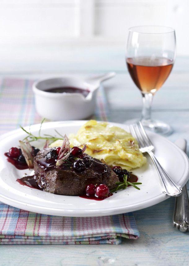 Unser beliebtes Rezept für Rinderfilet in Johannisbeersoße zu Kartoffelgratin und mehr als 55.000 weitere kostenlose Rezepte auf LECKER.de.