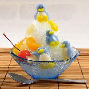いつものかき氷をペンギンのデコ白玉で飾れば見た目もおいしさもアップ! 「【特撰】cuocaかき氷シロップ(ソーダ)」をかければ、まるで氷山のように仕上がります。
