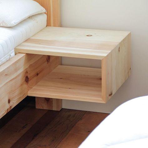 Praktisches Einhängenachtkästchen aus massivem Zirbenholz. Durch die schlichte Erscheinung passt dieses Nachtkästchen aus Zirbe zu allen Zirbenbetten und so lässt sich das Bett auch nachträglich erweitern – einfach in den Bettrahmen einhängen.