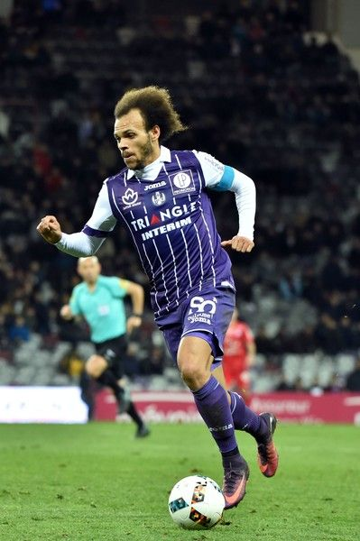 Toulouse's Danish forward and captain Martin Braithwaite passes the ball during the French L1 football match Toulouse against Montpellier November 30, 2016 at the Municipal Stadium in Toulouse. / AFP / REMY GABALDA