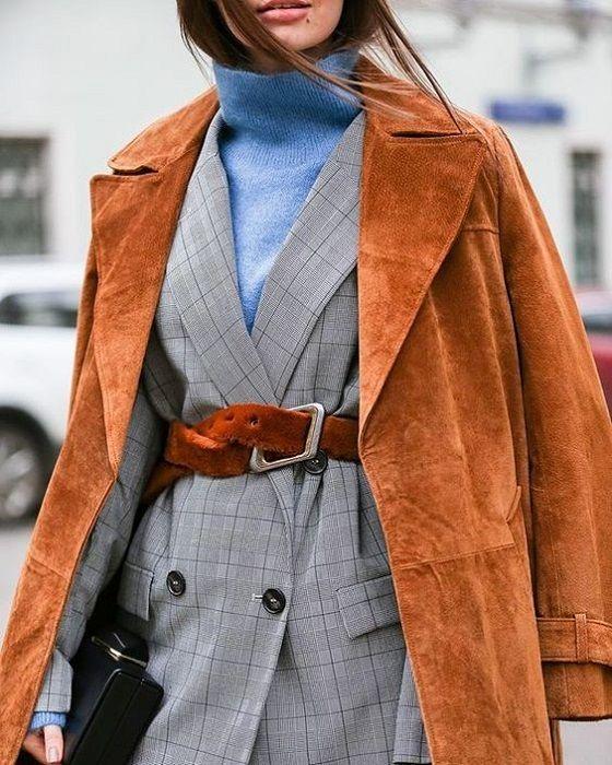 Estilo de oficina en los días más fríos..Lo mejor de Street Style. Los diseñadores proponen olvidar blusas y camisas hasta los días más  cálidos y prestar atención a los jerseys con cuello de tortuga.  Llévalos con una chaqueta, pantalones ajustados o con falda.  El cinturón en la cintura ayudará a equilibrar la imagen y  agregar feminidad.