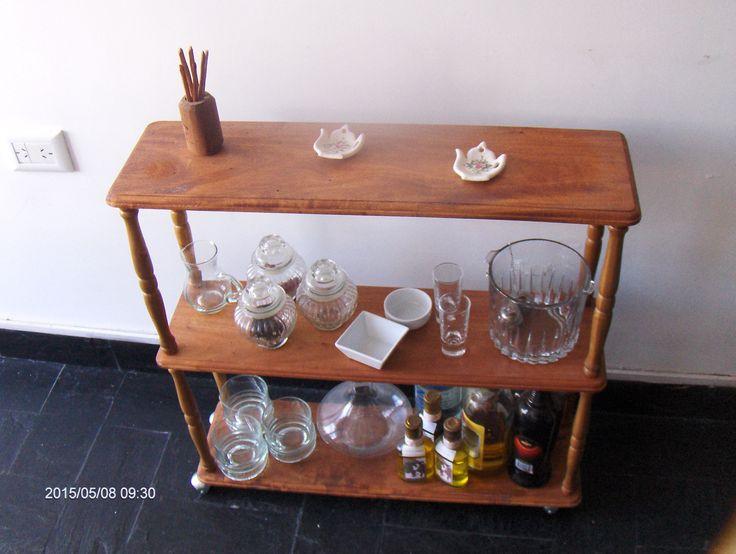 Mesita-estante con ruedas (en cedro )para pequeños lugares