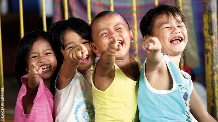 Unicef Nederland: Een brede grijns en een warme 'THANK YOU!' van deze Filipijnse kinderen. Mede dankzij al onze donateurs en partnerorganisaties kunnen we hen weer laten lachen.  We zorgen nog altijd voor kinderbescherming, school, traumaverwerking, zorg en schoon water voor deze kinderen. Wat ze hebben meegemaakt zullen ze niet snel vergeten, maar wij doen wat we kunnen om hun toekomst zonnig te maken.