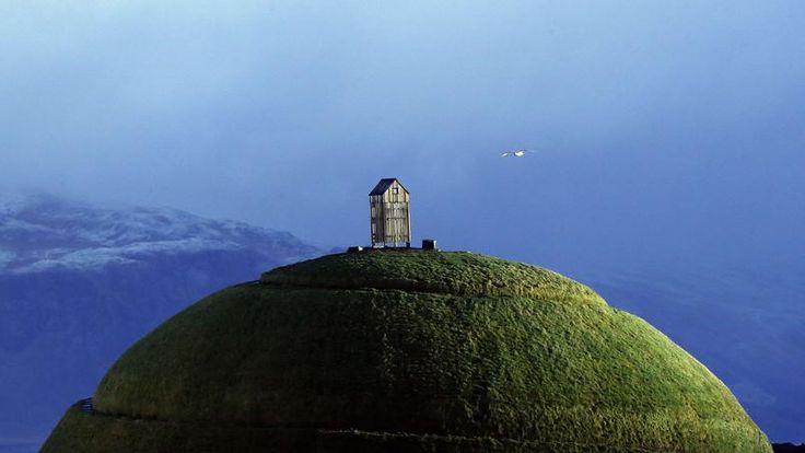 AU SEIN DE L'ISLANDE. Ce mamelon artificiel, érigé en décembre 2013 au bout de l'une des jetées du port de Reykjavík, est devenu en peu de temps l'un des rares monuments emblématiques de l'Islande… au même titre que la tour Eiffel pour la France ou le mont Rushmore pour les Etats-Unis. Et c'est la raison pour laquelle on l'a beaucoup vu samedi dernier alors que ce petit pays de 330000 habitants procédait à des élections législatives anticipées qui n'ont pas vraiment modifié les rapports de…
