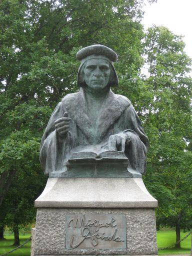 Mikael Agricola (1510-1557) on itsenäisyytemme yhden peruspilarin,suomen kielen perustaja.Tämän vuoksi Agricolan päivä on myös suomen kielen päivä.Lisäksi Agricola on kirjoittanut ensimmäisen suomenkielisen kirjan,ABC-kirjan,vuonna 1543.Mikael Agricola, uskonpuhdistaja,Uuden testamentin suomentaja ja suomen kirjakielen perustaja syntyi ja vaikutti Pernajassa 1500-luvun alkupuolella. Kuva Juuso Janhunen