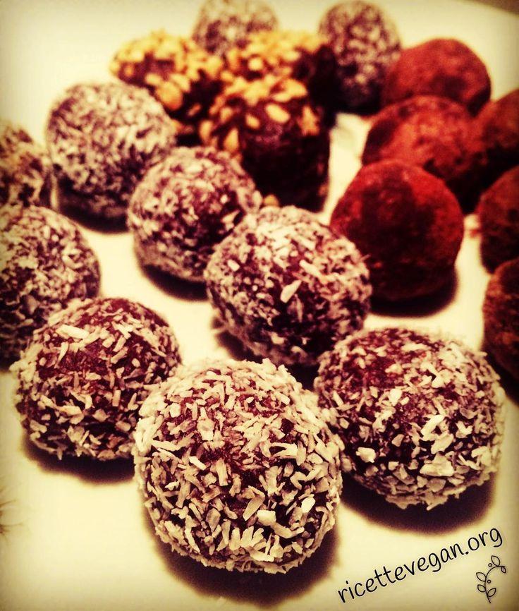 Tartufi al Cacao con Datteri e Anacardi. La ricetta qui: http://ift.tt/2bLkSF9  #vegan #veganfood  #vegano #veganfoodporn #vegetarian #vegansofinstagram #veganfoodshare #crueltyfree #veganism #ricettevegane #ricette #ricettevegan #ricettepervegani #govegan