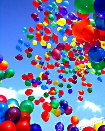 suelta de globos en la salida de la iglesia buen detalle