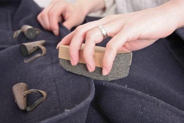 """DICA DA SEMANA Para tirar as """"bolinhas"""" que formam nas roupas de lã - passe pedra pomes."""