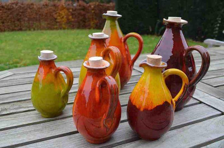 Kruiken en kannen in keramiek. Verkrijgbaar in verschillende modellen, maten en kleuren.