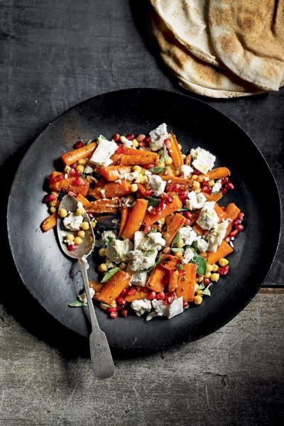 Recept Geroosterde wortels met geitenkaas en granaatappel   ELLE Eten