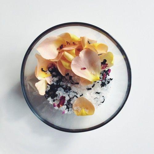 Pétalos de rosa y de la alga marina salada en remojo | [Mano-Meyd]