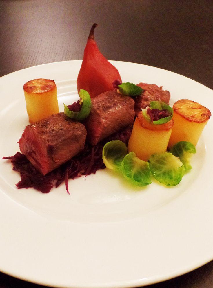 Hazenrugfilet met rode kool, stoofpeertjes en aardappel fondant. wildgerecht, wild, stoofperen, hollandse keuken, wildseizoen