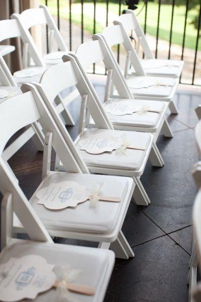 Distribucion de los abanicos para bodas en el jardin - porque no queremos que los invitados se desvanezcan con el calor del verano, no?