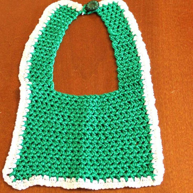 Bellissimo bavaglino verde per bambini realizzato a mano all'uncinetto