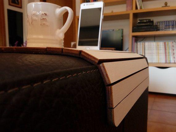 DAS ORIGINAL ZU  Sota ist ein Laser-schneiden Holz Sofa Arm Tabelle.  Dieses Sofa Arm wickeln ist anpassbar an jede Größe des Armes und es gehört ein Ständer für Handy oder tablet bis zu 7.  Das intelligente Gerät kann eine Dicke unter 9 mm oder von 9 mm bis 12 mm, mußt du die richtige Option wählen.  Der zentrale Teil dieser Tabelle Armlehne ermöglicht zur Verwendung der Tabelle als ein Sofa-Arm-Fach.  Sofa Tisch Dimensionen sind 384 x 263 x 7 mm.  Sie können Nachfragen, Anpassen der…