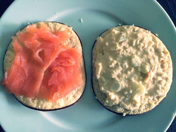 Ingrediënten   Rookkaas cracker  Bakpapier  (eventueel) Sesamzaadjes    Bereiding   Leg een plak rookkaas op een bakpapiertje  Je...