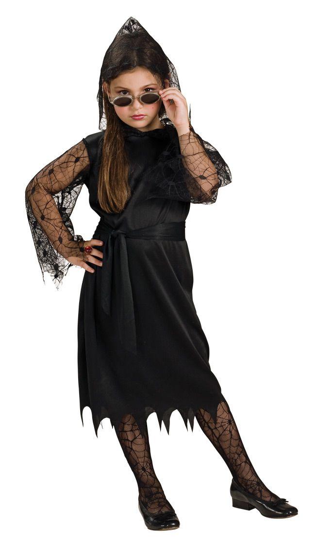 Gootti Vampyyritar. Musta mekko jossa repaleinen mekon reuna sekä hämähäkkikuvioiset verkkohihat.