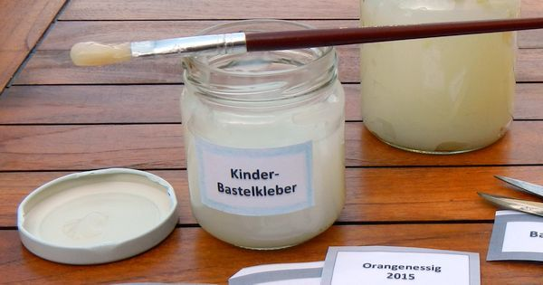 Basteln deine Kinder gerne? Mit dieser Anleitung könnt ihr zusammen essbaren Bastelkleber herstellen. Ungiftig, wasserlöslich und haltbar: für endlosen Spaß
