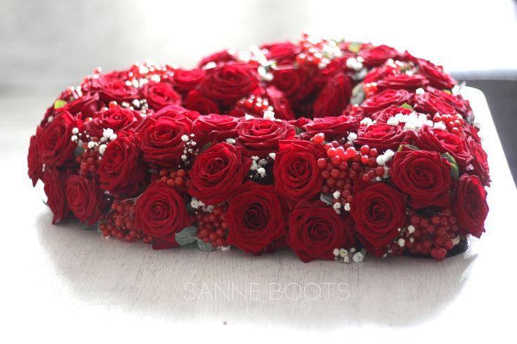 Autobloemstuk in hartvorm. Rode rozen en een hart, let love rule! #trouwen #bruiloft #bruidsbloemist #auto
