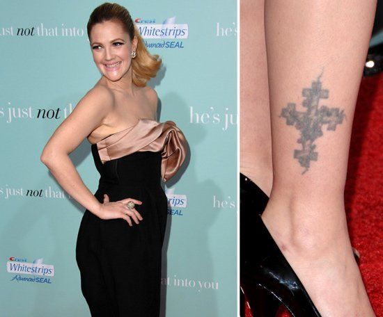 Pin for Later: Die ultimative Galerie der Promi Tattoos! Drew Barrymore Drew Barrymore trägt ein großes Kreuz über ihrem rechten Fußgelenk.