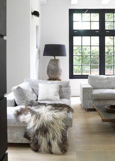 Woonkamer met veel licht, ruige meubelen en accessoires en een warm plaid #woonstijl #landelijk
