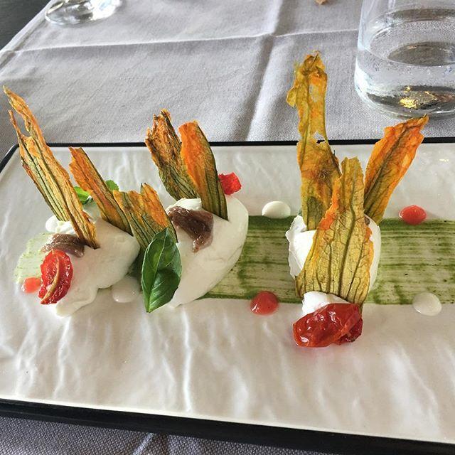 #palazzo #Petrucci @palazzo_petrucci #ristorante stellato #restaurant #napoli #naples #italia #italy  fiori di #zucca cristallizzati su cremoso di #ricotta #acciughe #provola #pomodoro e #basilico crystallized #courgette #flowers on creamy ricotta, #anchovies, provola cheese (sort of smoked mozzarella) , #tomato, #basil #buono #foodporn #yummy  Yummery - best recipes. Follow Us! #foodporn