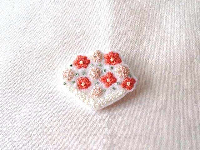 ミニブーケをイメージした図案の花束の刺繍のブローチです。ブラウスやワンピースの胸元や帽子、バッグのワンポイントに。○サイズ:約 縦35mm×横42mm○素材:刺繍糸、フェルト、ビーズ、造花ピン(25mm)○カラー:ピンク/グリーン/ライトブルー→ご注文の...