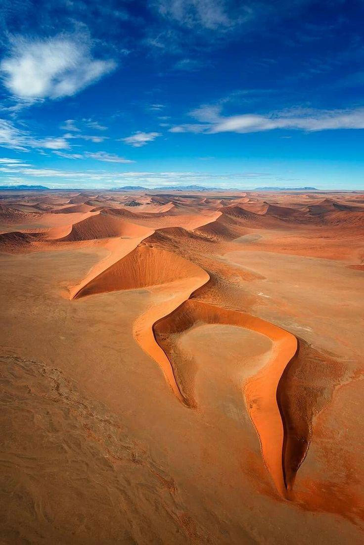 [F]ナミビアにあるナミブ砂漠。砂漠なのにくっきりとした山になって浮き出ているのが不思議。